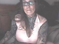 # Silné, tetované, bustové dítě s velkými přírodními prsy