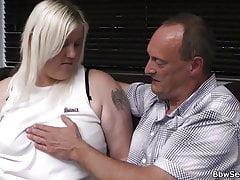Moglie trova marito tradire con una bionda più grassoccia
