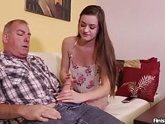 Sexy dospívající trhá zralého muže