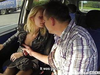金發碧眼的街頭妓女在汽車撞了