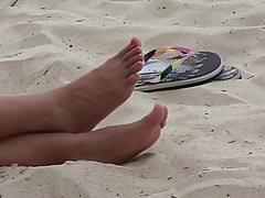 Filipina novia pies en la playa