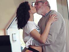 Cute Teen Fucked przez Big Cock Grandpa Cums w jej ustach