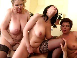 幸運的男孩在3個豐滿的母親之間分享