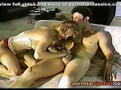 Retro Blondine begrüßt ihre Nachbarin mit einem Schluck Schwanz