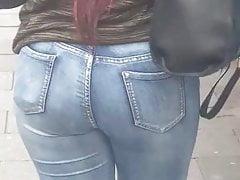 Ebony łup w niebieskich dżinsach (szczery) Śledź ten tyłek
