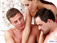 Trio bizzarro con pezzi muscolari bisessuali
