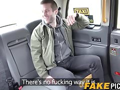 Brytyjska taksówkarz Carmel Anderson naciąga mokrą ciasną cipkę