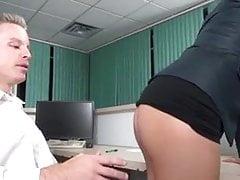 Jefe sexy le hace follarla