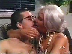 la nonna dai capelli d'argento si accovacciava