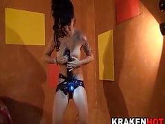 Big Tits Brunette hraje s černým kohoutem v bláznivém odlévání