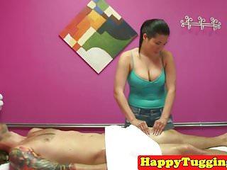 她按摩客户的亚洲女按摩师