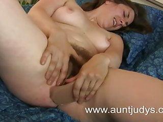 成熟的寶貝亂搞她的陰部與橡膠陰莖