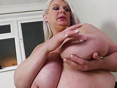 Reife Sexbombenmutter mit riesigen saftigen Titten