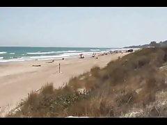 Paar von Fremden an einem FKK-Strand gespalten