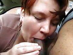 cicciottella matura succhia grosso cazzo nero in macchina