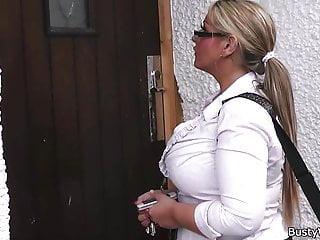 胖乎乎的女人在工作傳播大公雞的腿