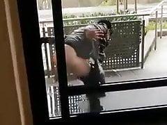 Pijana klamra sika przed domem!
