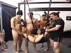 Teen Gangbanged in einem Swingerclub