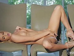 Emma Fingers Herself Intensely aż osiągnie orgazm