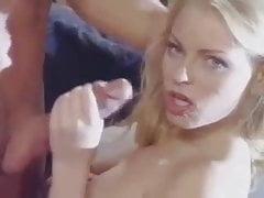 Ragazza bionda carina succhia il cazzo