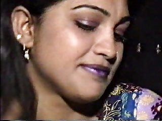 Threesome Pakistani vid: Lahori HEERA MANDI punjabi pakistani girl in threesome