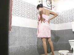 Inder Bhabhi Amrita, der Dusche nimmt