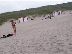 bella ragazza nuda sulla spiaggia