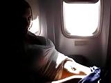 Sletje kan zich niet inhouden in vliegtuig !