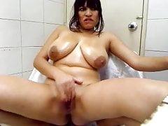 Busty Latina masturbuje się w łazience