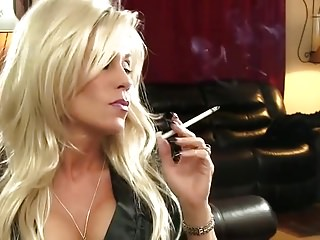 vid: Smoking blonde