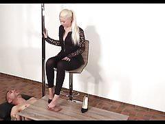 Niemiecki shoejob heeljob footjob czarne obcasy
