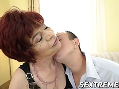 Donatella, une mamie coquine, adore chevaucher une bite dure