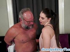 Cockriding Teen von einem alten Mann geschlagen