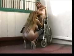 Lesbiana amateur de ébano jugando con consoladores y chorros cremosos