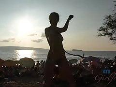 Jade Nile wystawia show dla wszystkich na plaży nudystów