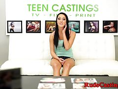 Facialized casting teen se fait doigter