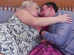 Vieille mamie obtient son dernier rapport sexuel avec un jeune garçon