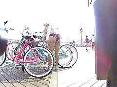 Bikini tiener mooie kont ontgrendelen haar fiets