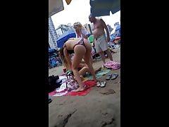 Młoda chuda dziewczyna ze stringami na plaży!