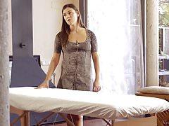 Alyssa Reece daje Taissia masaż