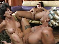 Stare babcie lesbijki jedzą cipkę młodej dziewczyny