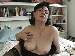 Sexy mature aunty loves to play with her pussy