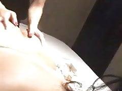 Gli Emirati o la puttana kuwaitiana si fanno massaggiare il suo grosso bottino