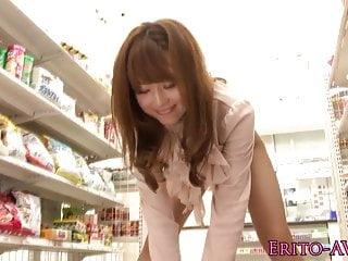 亚洲色情明星Akiho Yoshizawa在商店乱搞