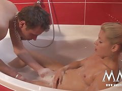 MMV FILMS Teen bionda con tette piccole scopata in una vasca da bagno
