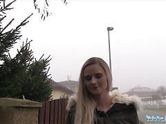L'agente pubblica Katy Pearl si fa scopare la figa stretta in una macchina