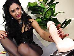 Footjob w czarnych rajstopach Mistress Alexya