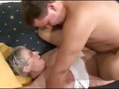 La nonna tedesca scopa il giovane sconosciuto
