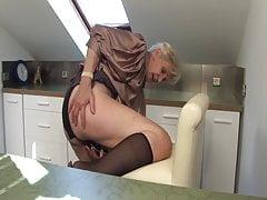 Babička se chystala masturbovat v kuchyni!