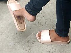 Zwisające stopy nastolatków